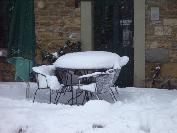 Warum man Tische nicht draußen stehen lässt...